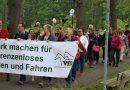 Reiter demonstrieren gegen bürokratische Grenzzäune